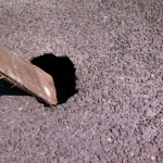 名鉄尾西線沿いの道路の一部が陥没寸前。土の流失が原因か