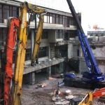 一宮市役所旧庁舎の解体工事現場では、カラフルな重機が働いています